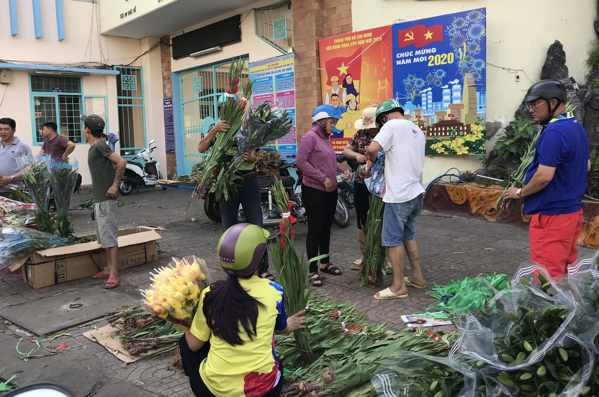 Hoa tươi tại 2 chợ hoa sỉ lớn nhất Sài Gòn chất đống lên xe rác trưa 30 Tết - Ảnh 8.