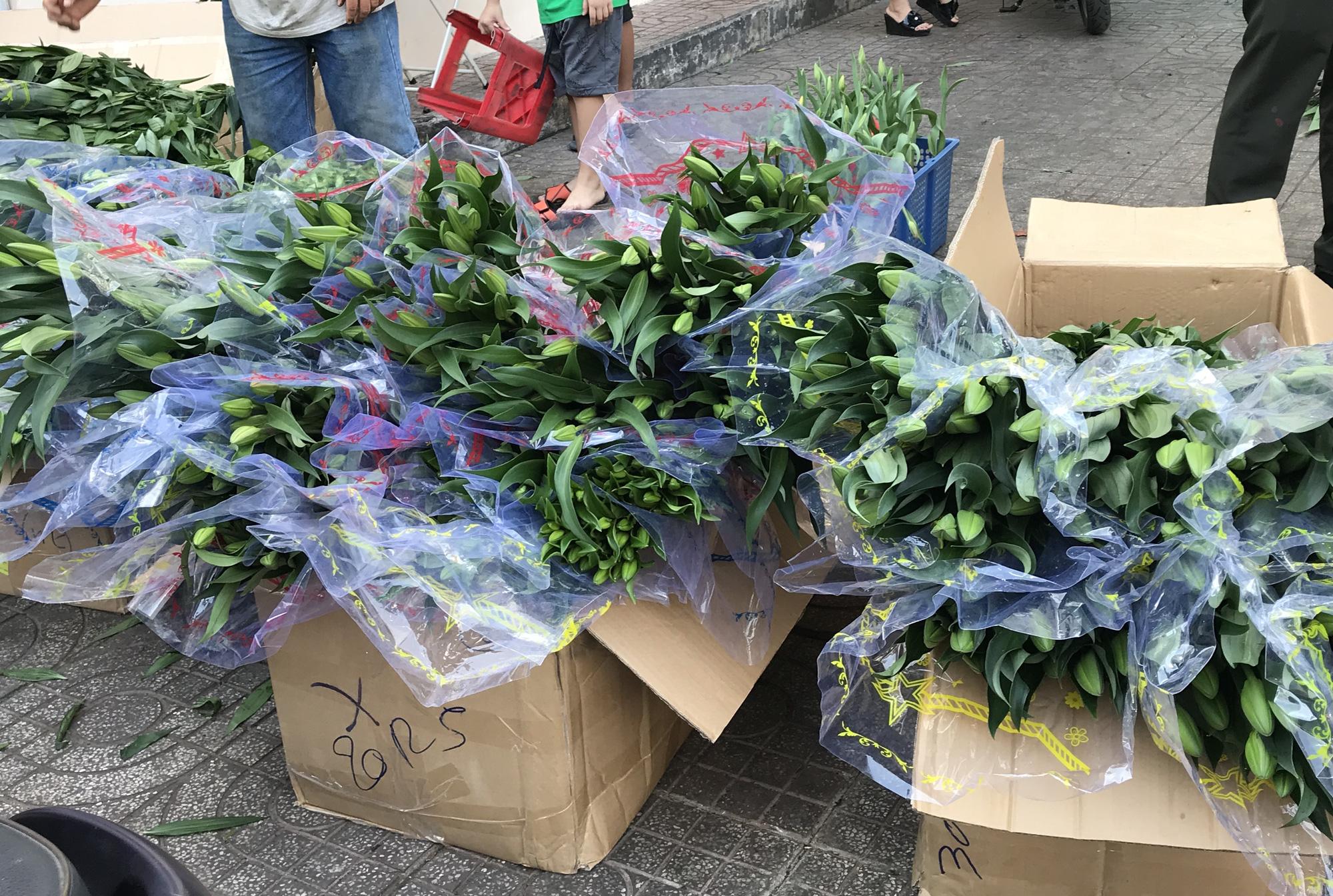 Hoa tươi tại 2 chợ hoa sỉ lớn nhất Sài Gòn chất đống lên xe rác trưa 30 Tết - Ảnh 9.
