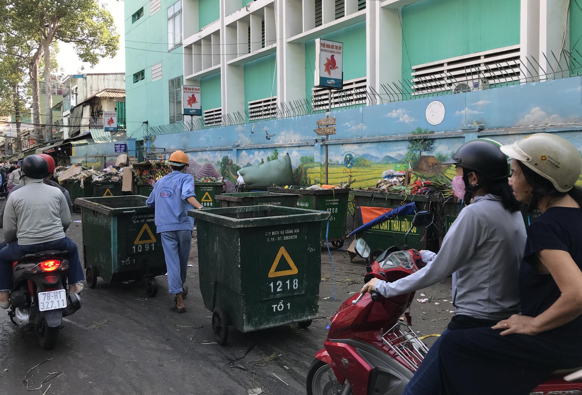 Hoa tươi tại 2 chợ hoa sỉ lớn nhất Sài Gòn chất đống lên xe rác trưa 30 Tết - Ảnh 11.