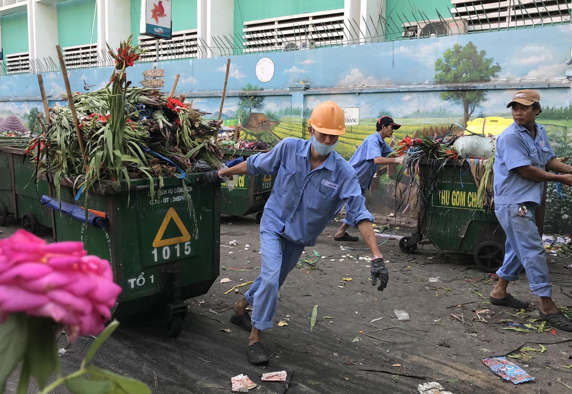 Hoa tươi tại 2 chợ hoa sỉ lớn nhất Sài Gòn chất đống lên xe rác trưa 30 Tết - Ảnh 5.