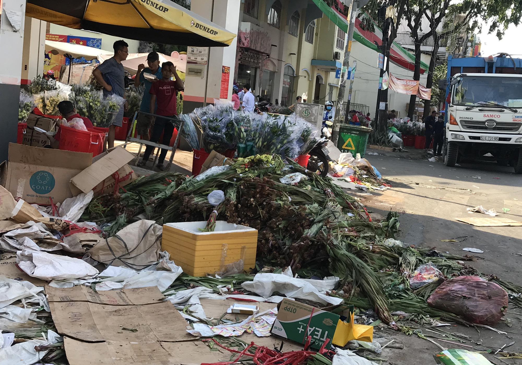 Hoa tươi tại 2 chợ hoa sỉ lớn nhất Sài Gòn chất đống lên xe rác trưa 30 Tết - Ảnh 2.