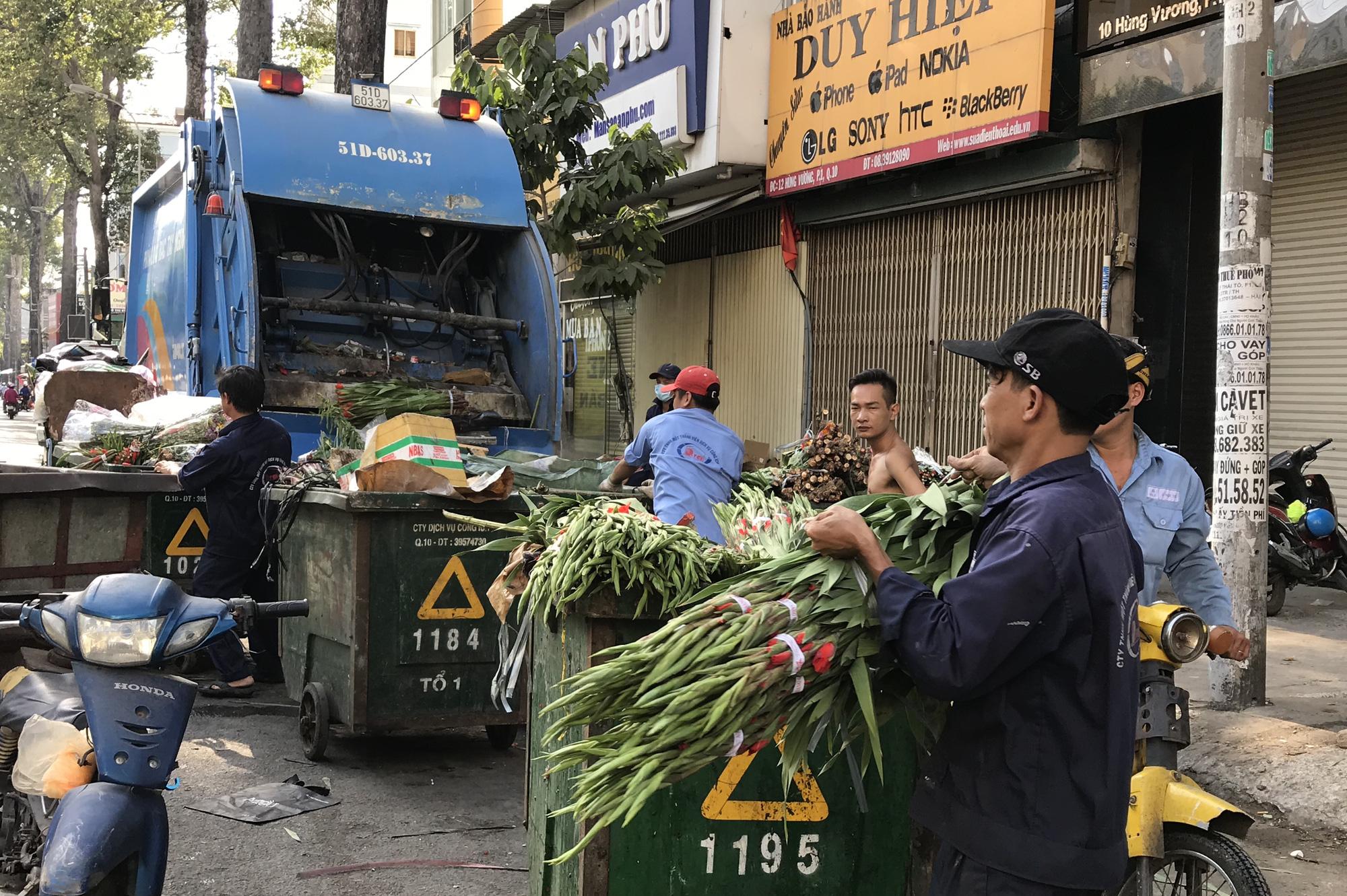 Hoa tươi tại 2 chợ hoa sỉ lớn nhất Sài Gòn chất đống lên xe rác trưa 30 Tết - Ảnh 6.