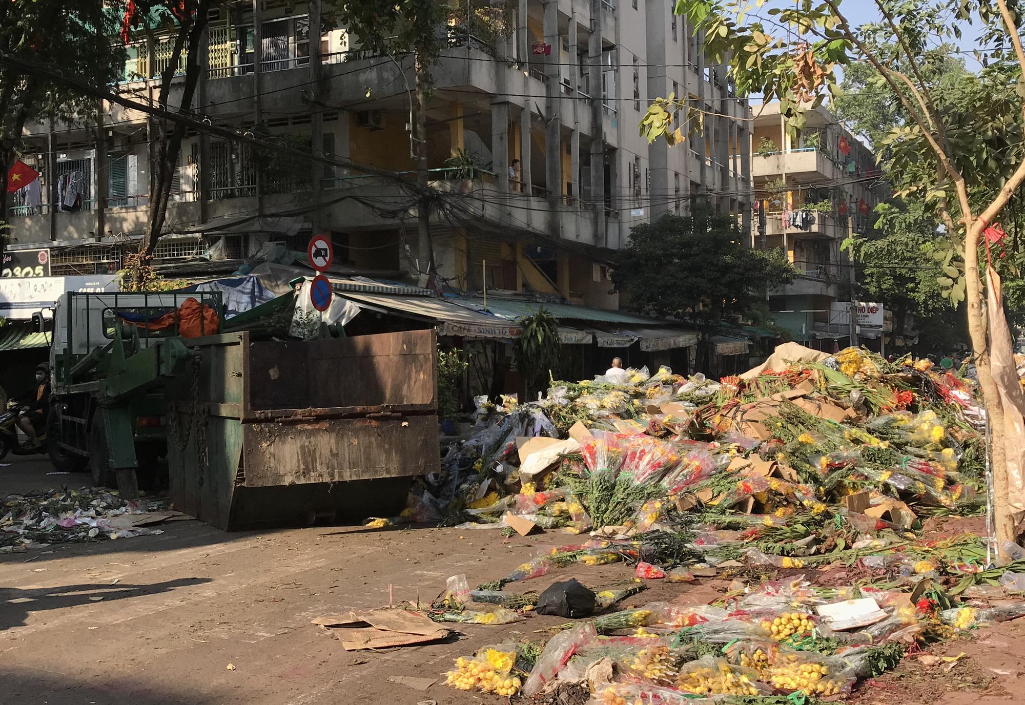 Hoa tươi tại 2 chợ hoa sỉ lớn nhất Sài Gòn chất đống lên xe rác trưa 30 Tết - Ảnh 12.