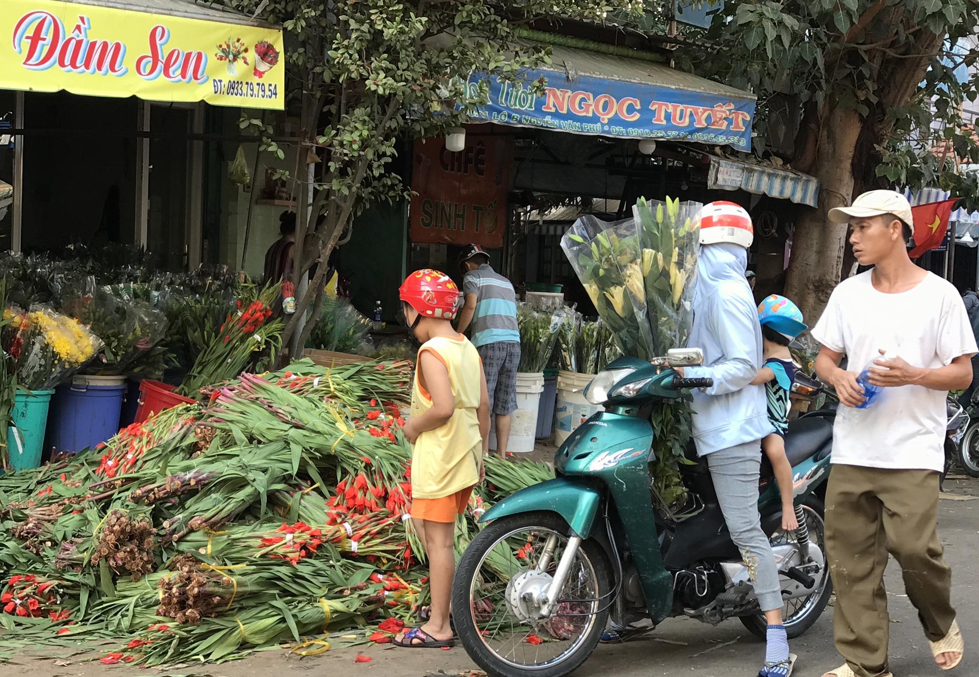 Hoa tươi tại 2 chợ hoa sỉ lớn nhất Sài Gòn chất đống lên xe rác trưa 30 Tết - Ảnh 7.