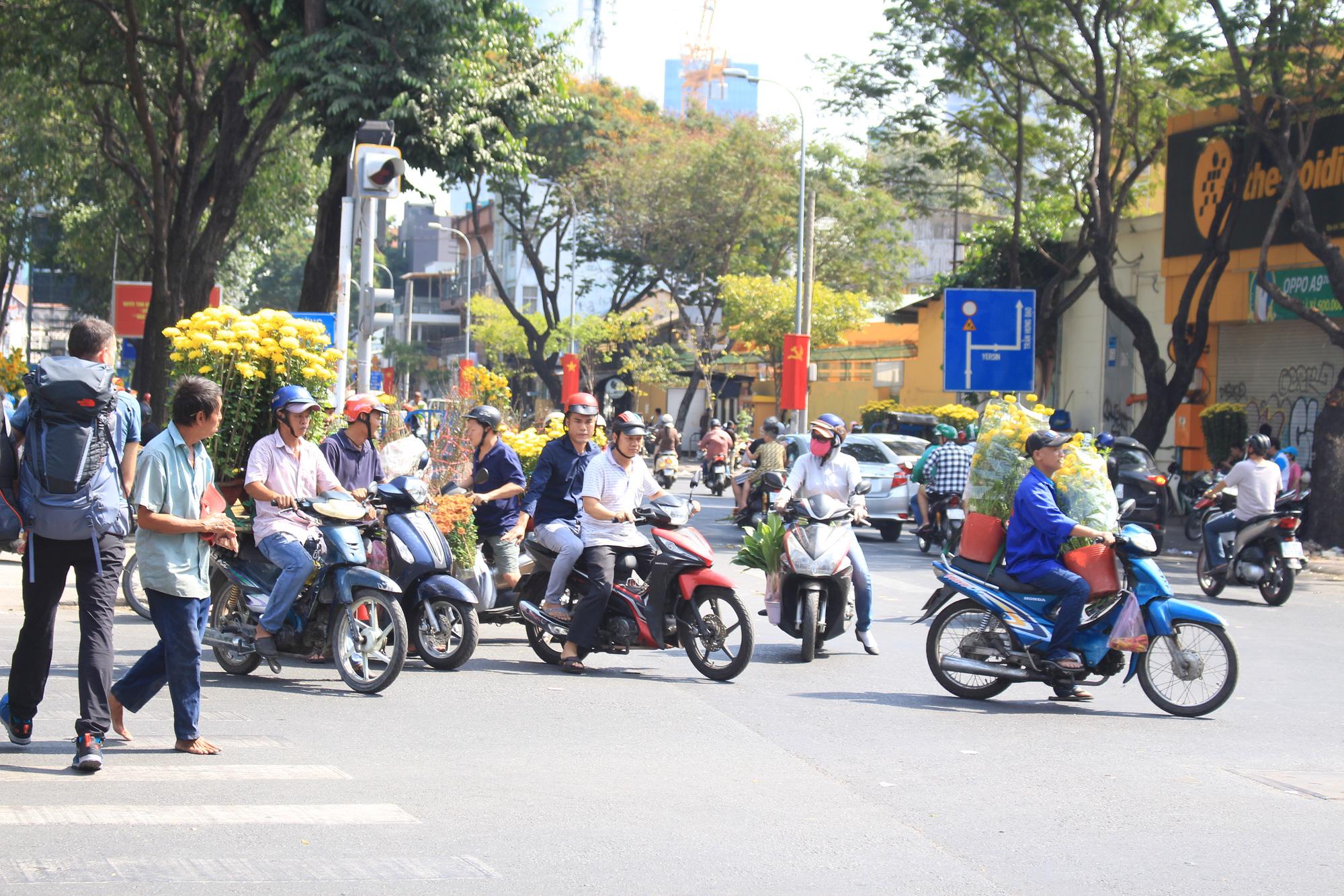 Trưa 30 Tết, mai, đào, hướng dương bán rẻ như cho 50.000 đồng một cây ở chợ hoa Sài Gòn - Ảnh 14.