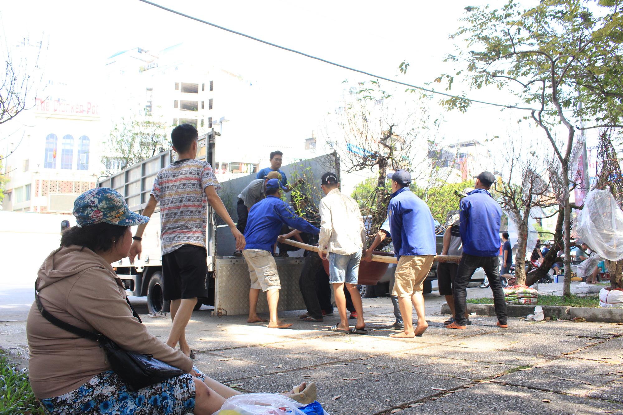 Đập nát hoa trước quăng lên xe rác ở Sài Gòn trưa 30 Tết - Ảnh 10.