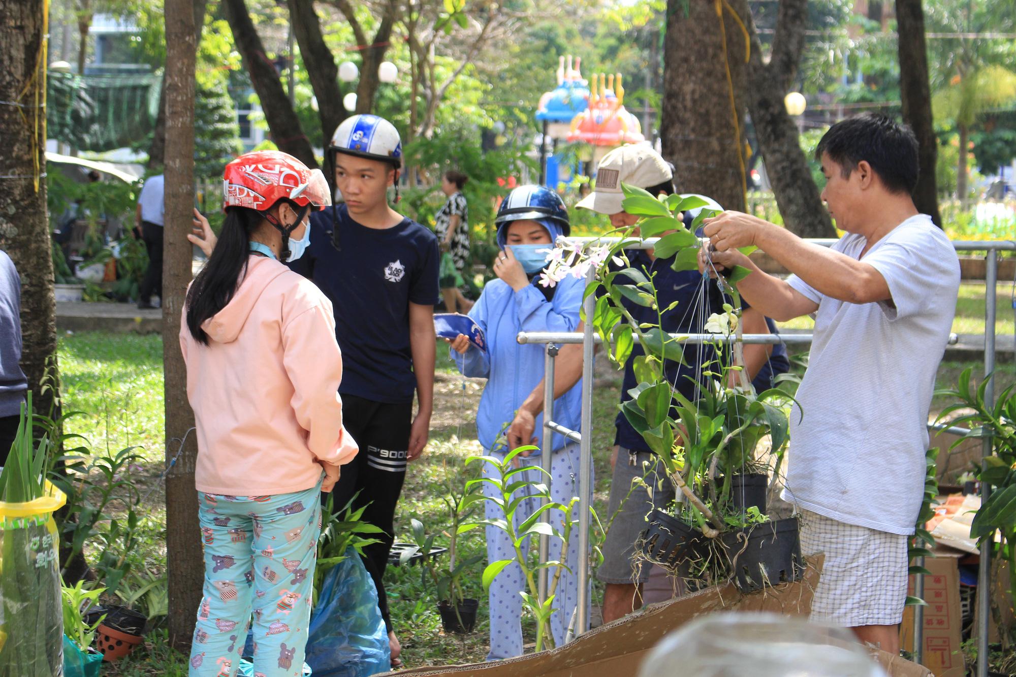 Trưa 30 Tết, mai, đào, hướng dương bán rẻ như cho 50.000 đồng một cây ở chợ hoa Sài Gòn - Ảnh 11.