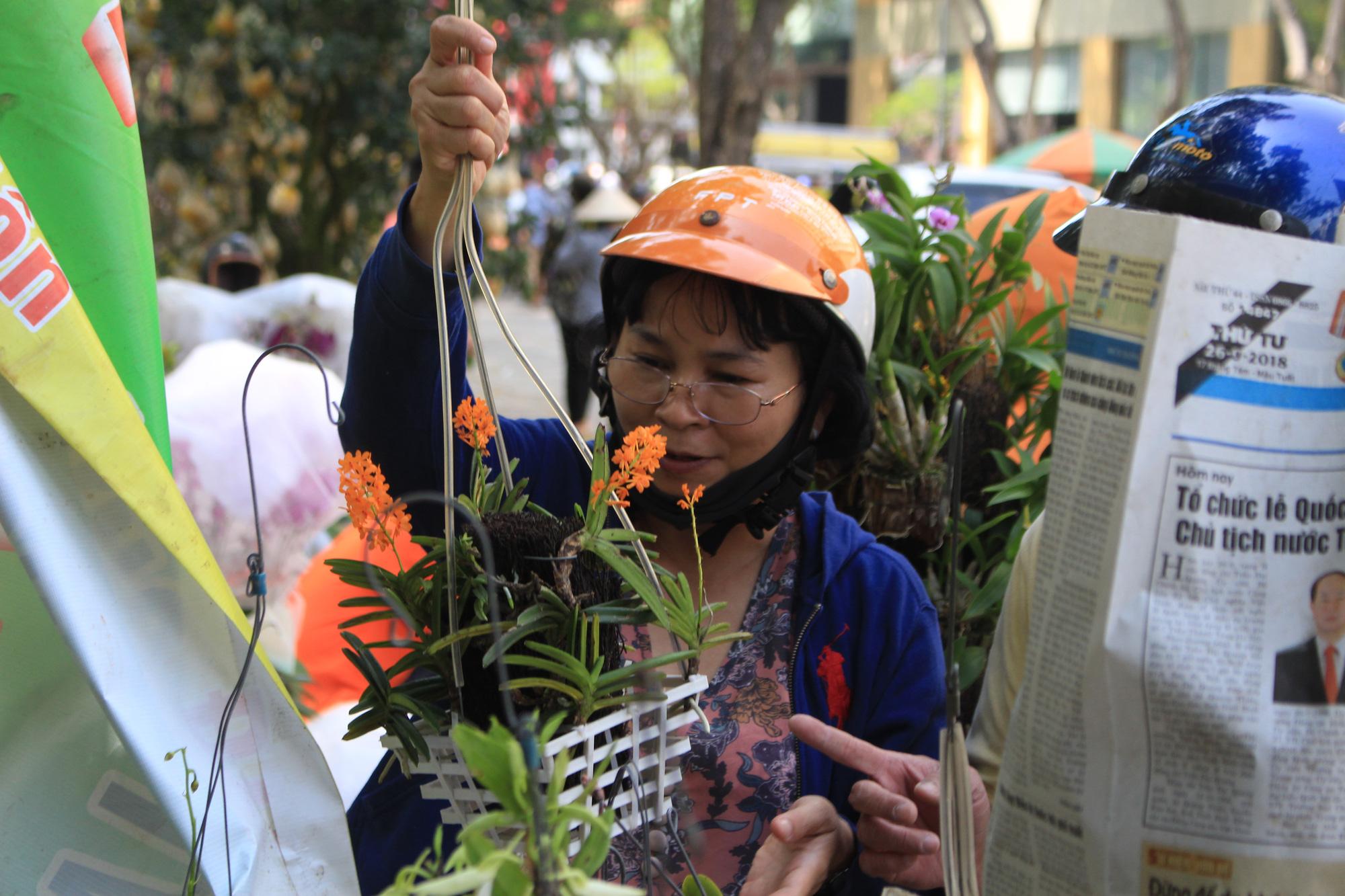 Trưa 30 Tết, mai, đào, hướng dương bán rẻ như cho 50.000 đồng một cây ở chợ hoa Sài Gòn - Ảnh 12.