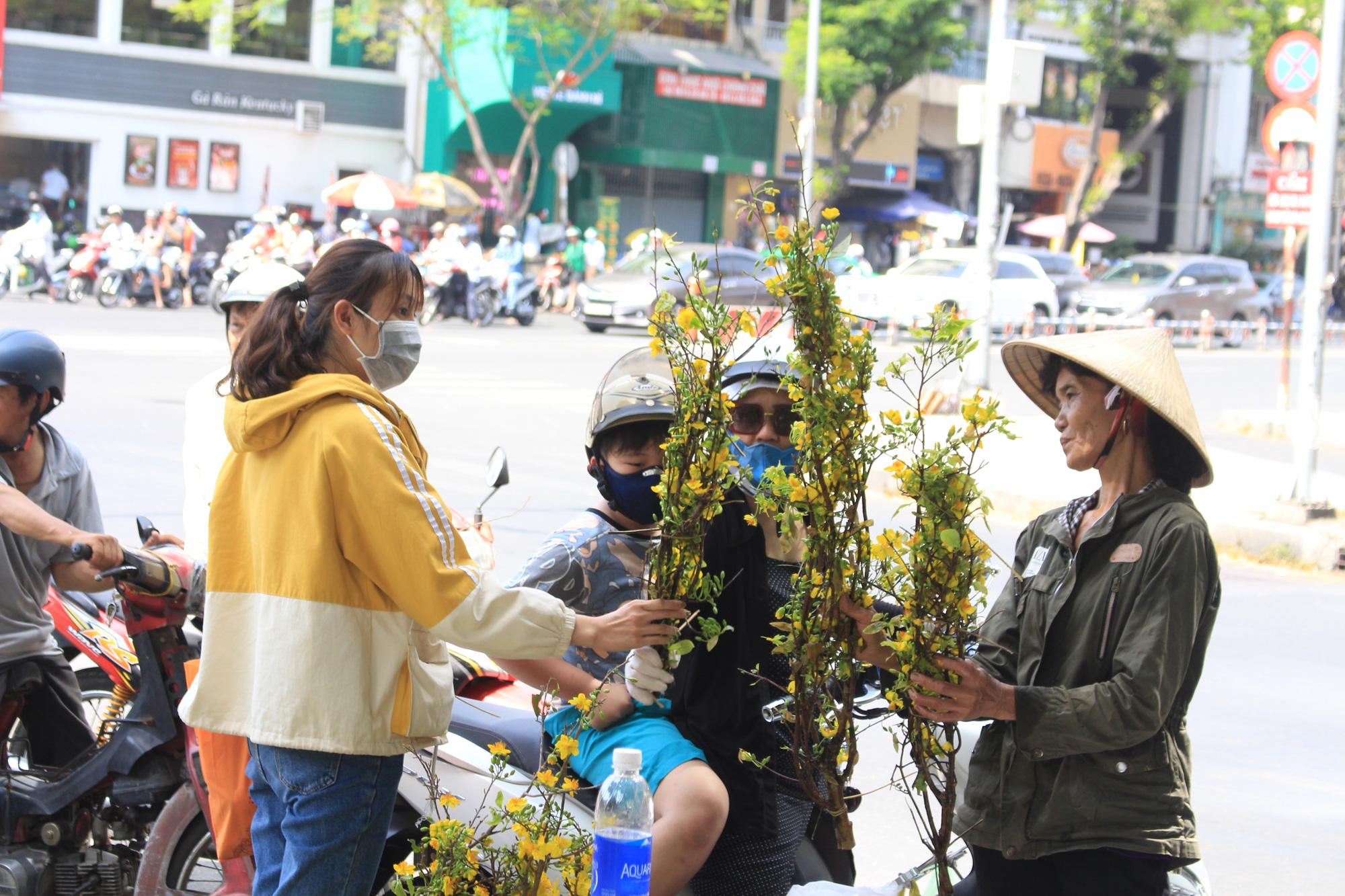 Trưa 30 Tết, mai, đào, hướng dương bán rẻ như cho 50.000 đồng một cây ở chợ hoa Sài Gòn - Ảnh 13.