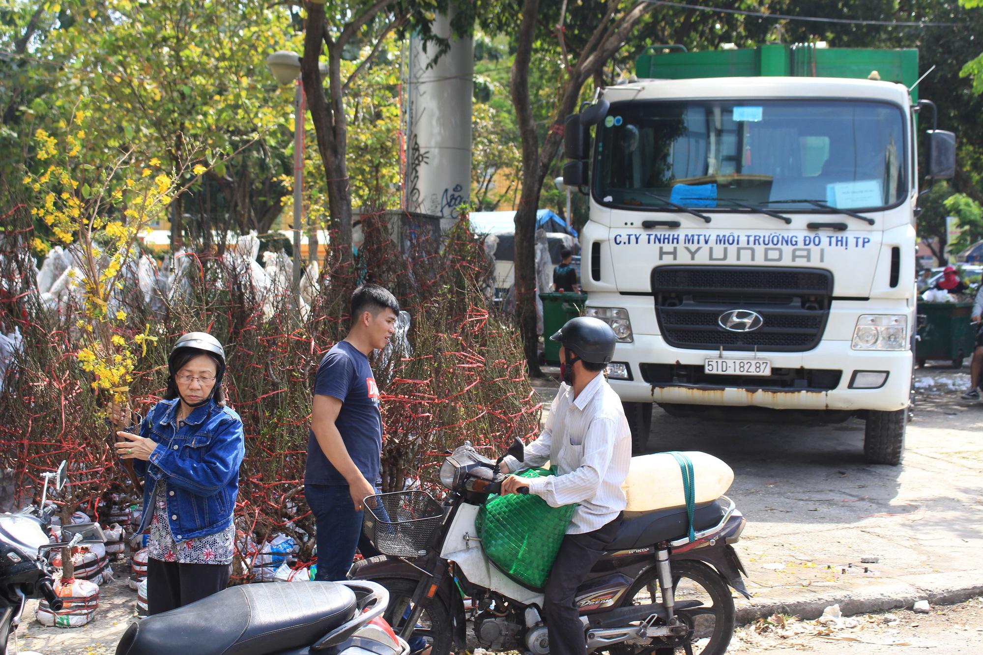 Trưa 30 Tết, mai, đào, hướng dương bán rẻ như cho 50.000 đồng một cây ở chợ hoa Sài Gòn - Ảnh 15.
