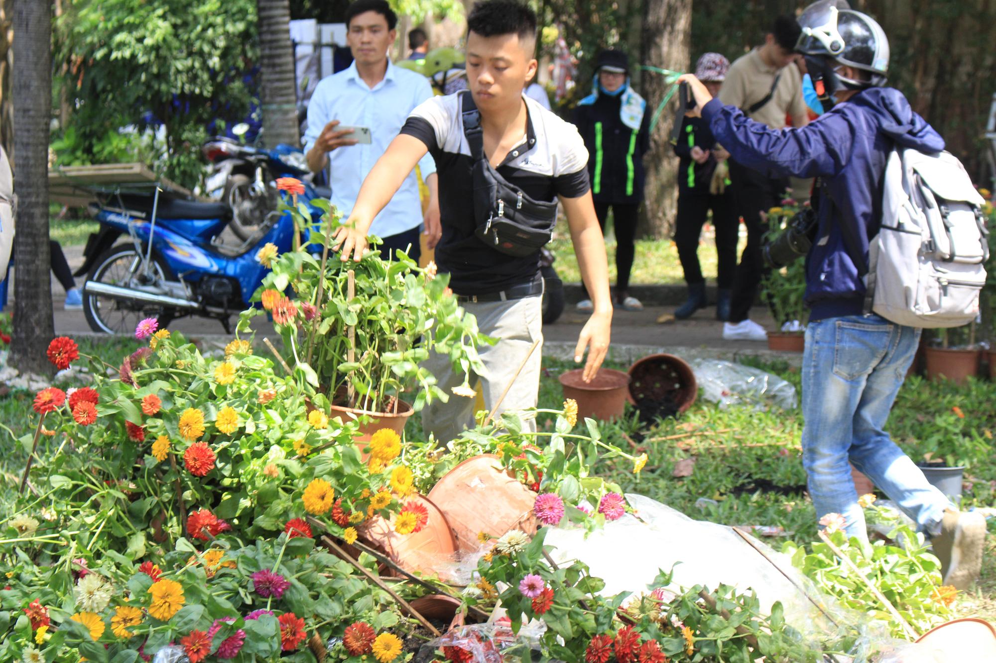 Đập nát hoa trước quăng lên xe rác ở Sài Gòn trưa 30 Tết - Ảnh 8.