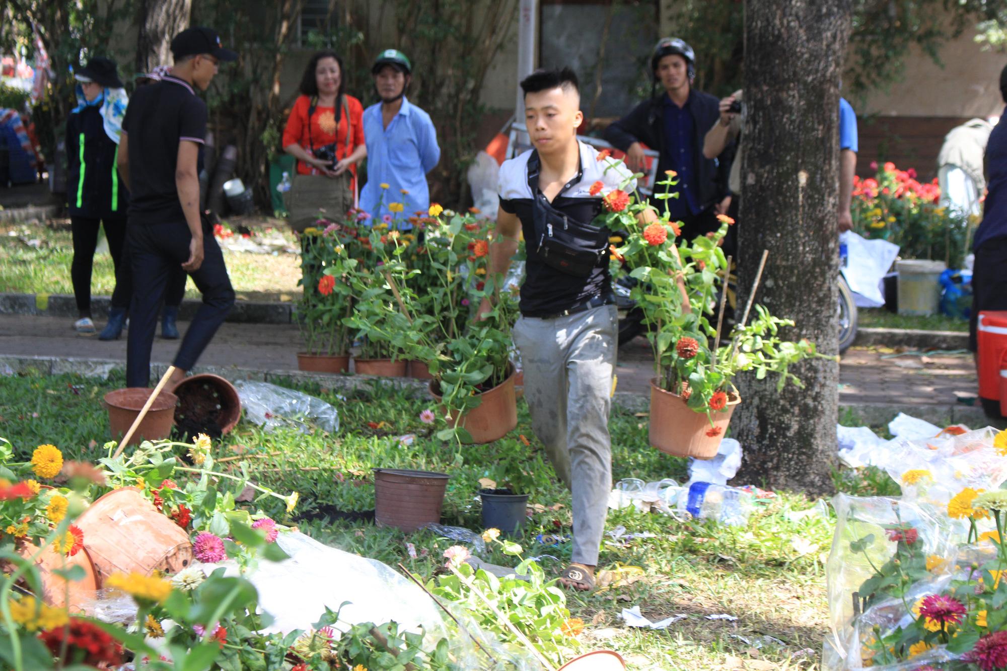 Đập nát hoa trước quăng lên xe rác ở Sài Gòn trưa 30 Tết - Ảnh 7.
