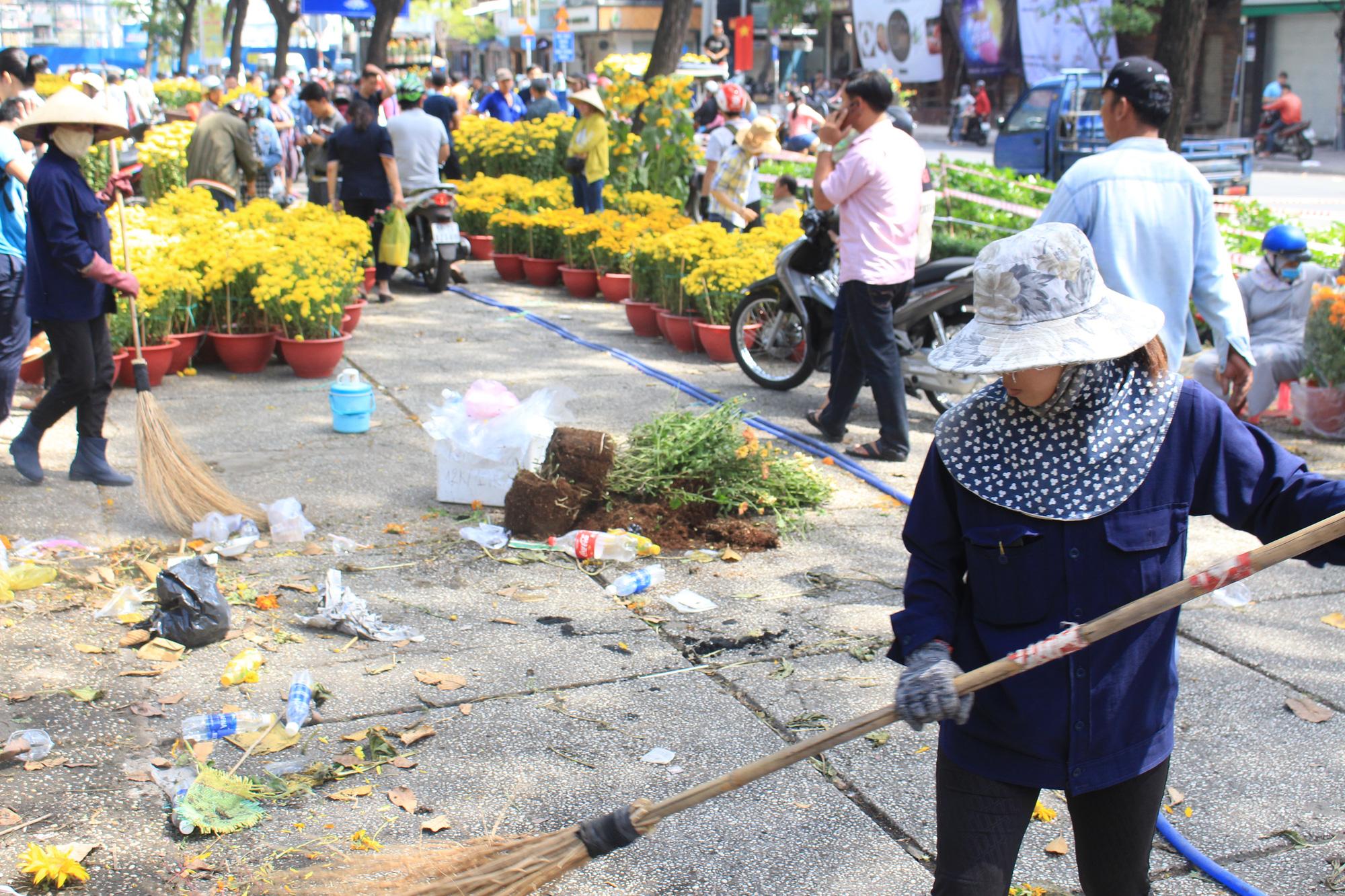 Đập nát hoa trước quăng lên xe rác ở Sài Gòn trưa 30 Tết - Ảnh 15.