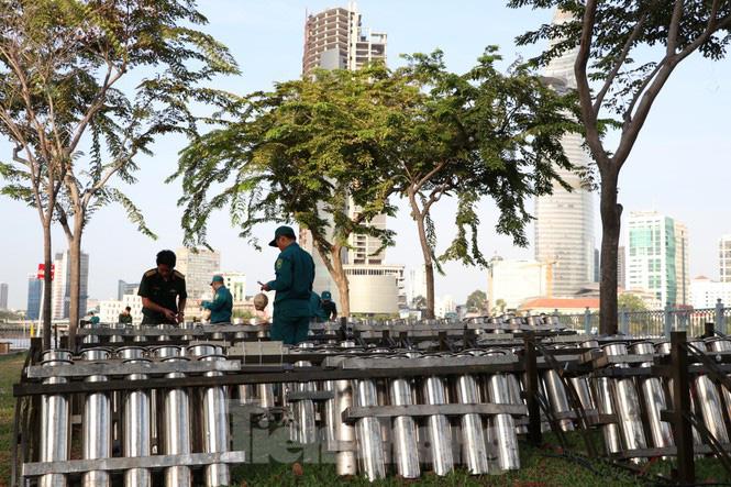Cận cảnh trận địa pháo hoa lớn nhất Sài Gòn trước giờ 'khai hỏa' - Ảnh 1.