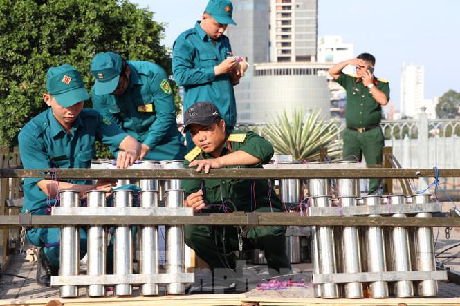 Cận cảnh trận địa pháo hoa lớn nhất Sài Gòn trước giờ 'khai hỏa' - Ảnh 5.