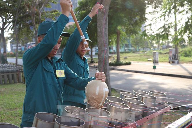 Cận cảnh trận địa pháo hoa lớn nhất Sài Gòn trước giờ 'khai hỏa' - Ảnh 7.