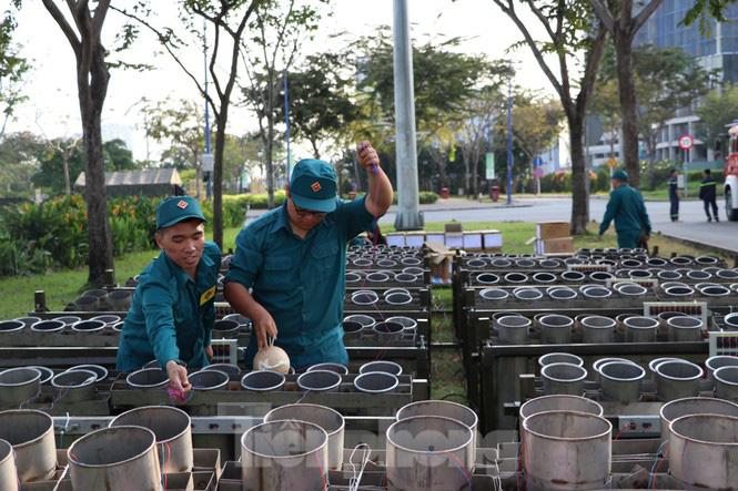 Cận cảnh trận địa pháo hoa lớn nhất Sài Gòn trước giờ 'khai hỏa' - Ảnh 12.
