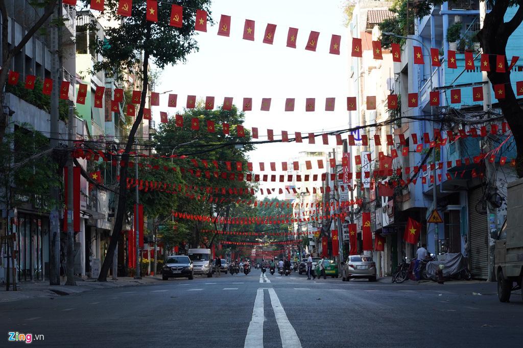 Phố xá TP HCM vắng lặng, yên bình ngày đầu năm mới - Ảnh 5.