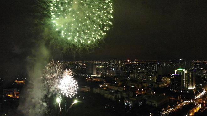 Hàng vạn người dân thủ đô 'lội nước' xem pháo hoa mừng xuân Canh Tý 2020 - Ảnh 13.