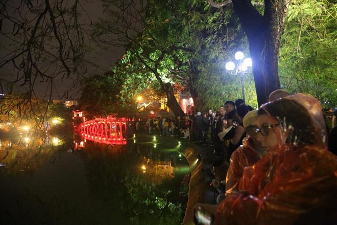Hàng vạn người dân thủ đô 'lội nước' xem pháo hoa mừng xuân Canh Tý 2020 - Ảnh 14.