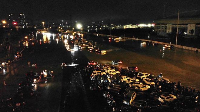 Hàng vạn người dân thủ đô 'lội nước' xem pháo hoa mừng xuân Canh Tý 2020 - Ảnh 4.
