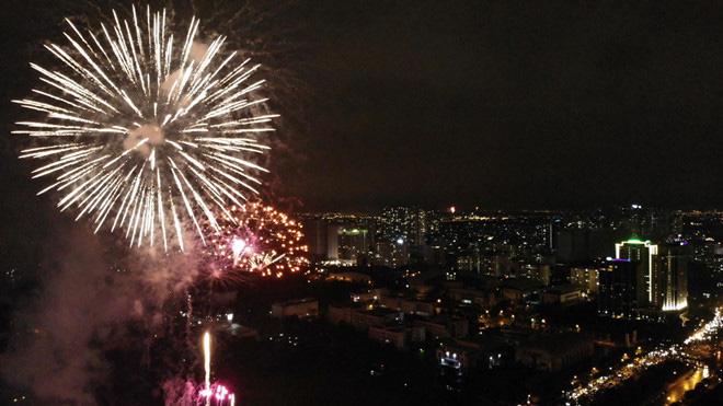 Hàng vạn người dân thủ đô 'lội nước' xem pháo hoa mừng xuân Canh Tý 2020 - Ảnh 12.