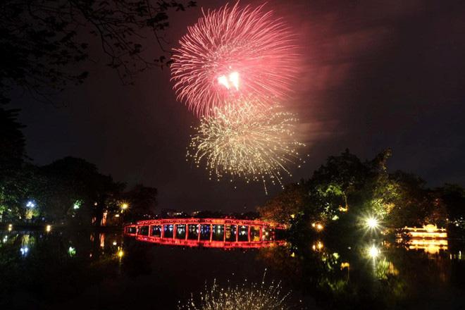 Hàng vạn người dân thủ đô 'lội nước' xem pháo hoa mừng xuân Canh Tý 2020 - Ảnh 16.