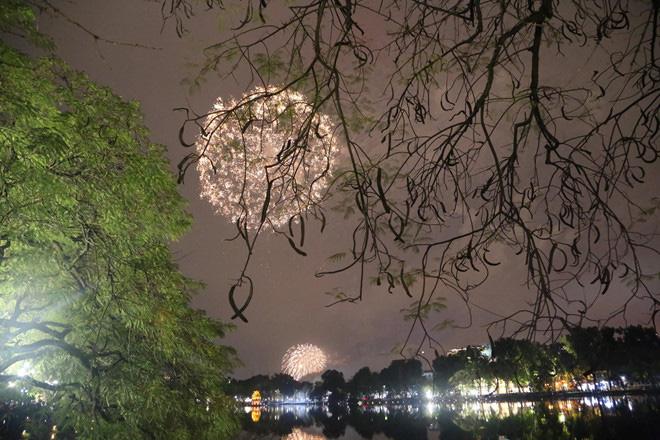 Hàng vạn người dân thủ đô 'lội nước' xem pháo hoa mừng xuân Canh Tý 2020 - Ảnh 15.