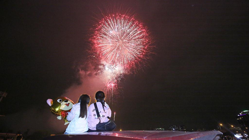 Hàng vạn người dân thủ đô 'lội nước' xem pháo hoa mừng xuân Canh Tý 2020 - Ảnh 1.