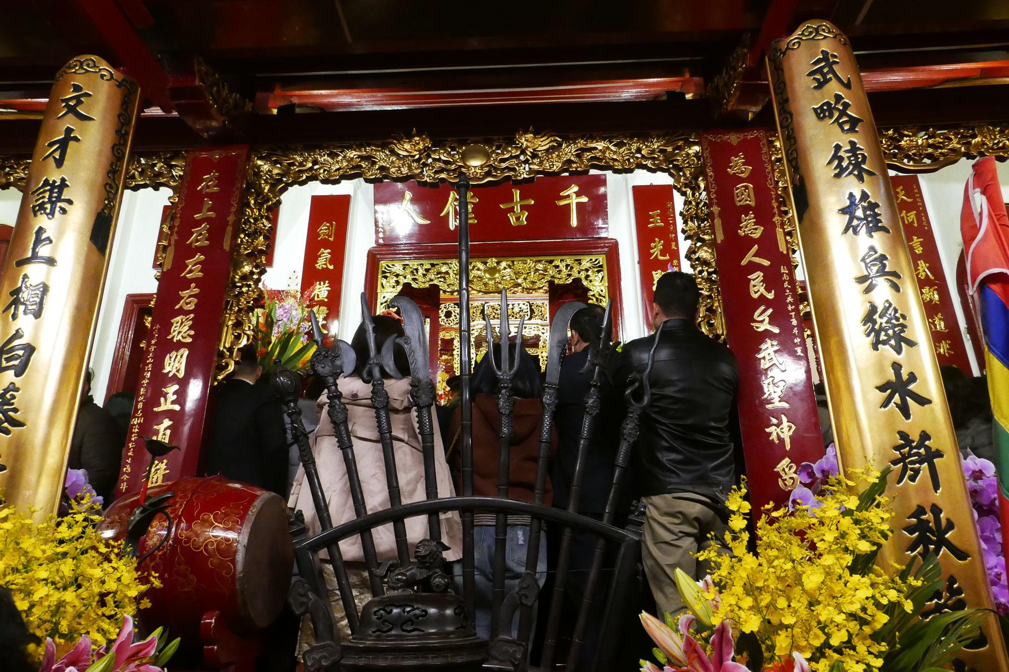 Cảnh lễ đền dưới mưa xuân tuyệt đẹp ở Hà Nội ngày mùng 1 Tết - Ảnh 9.