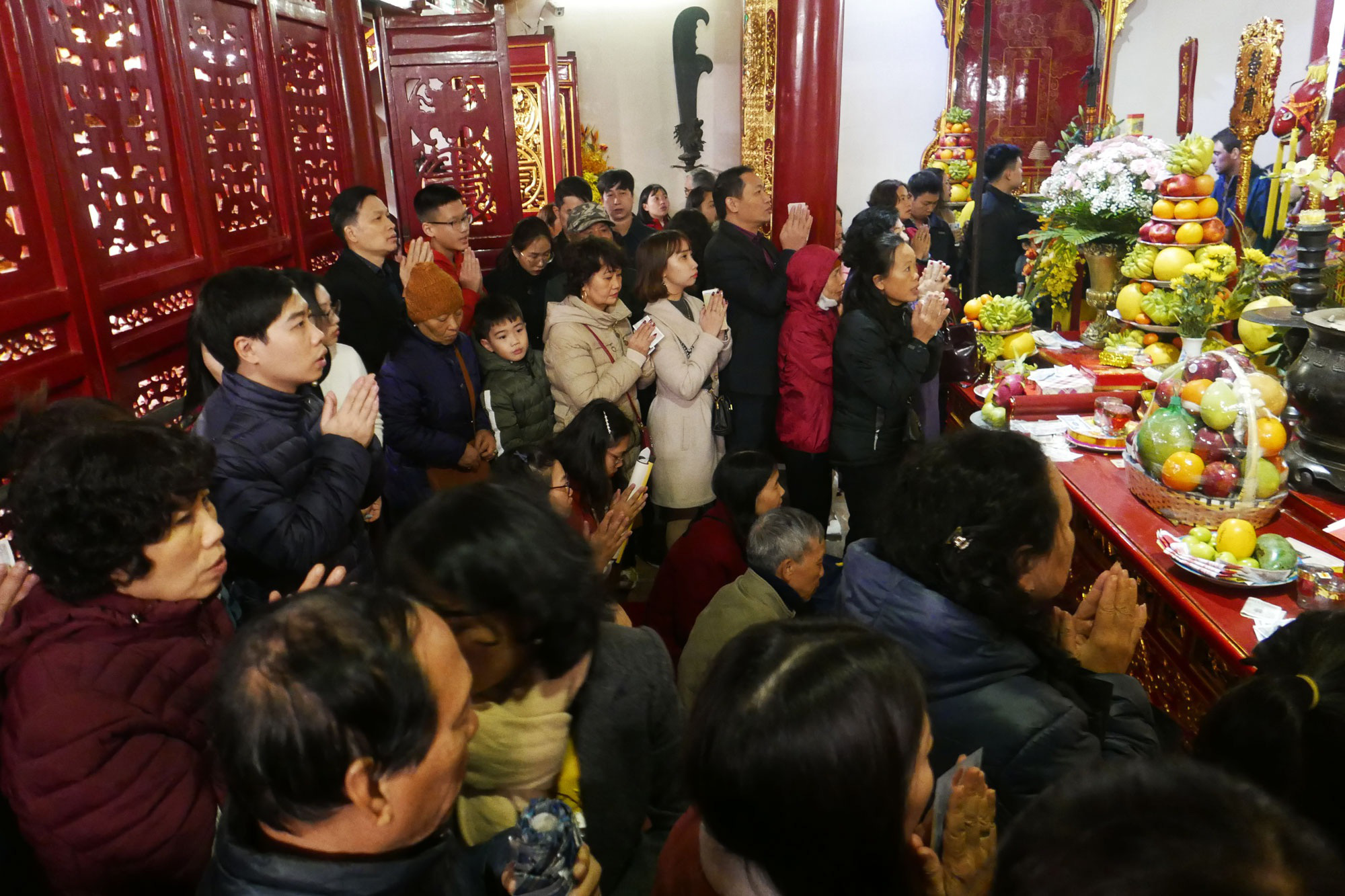 Cảnh lễ đền dưới mưa xuân tuyệt đẹp ở Hà Nội ngày mùng 1 Tết - Ảnh 8.