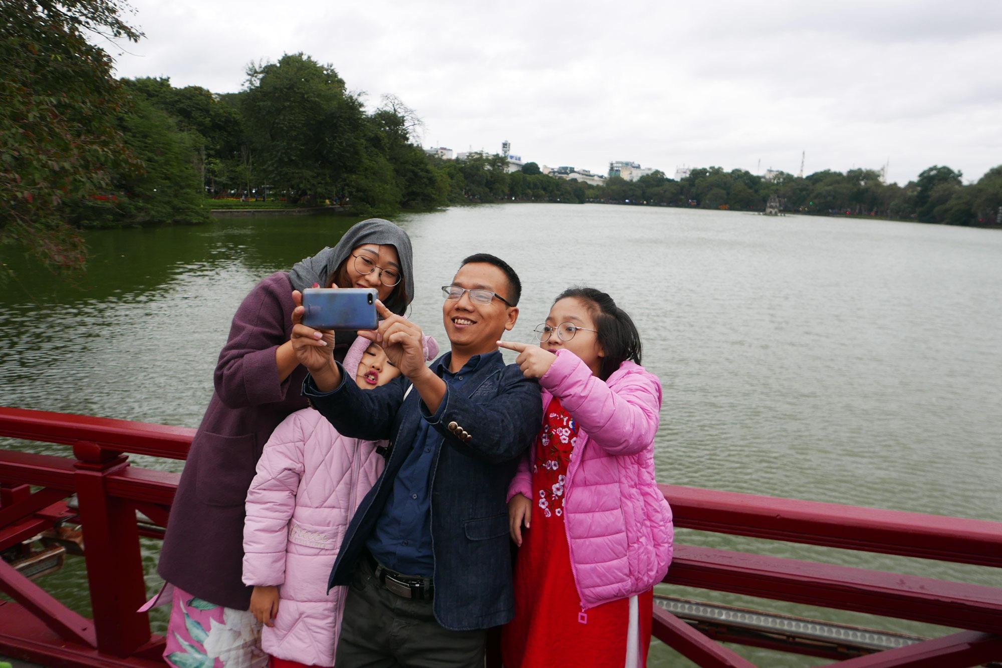 Cảnh lễ đền dưới mưa xuân tuyệt đẹp ở Hà Nội ngày mùng 1 Tết - Ảnh 5.