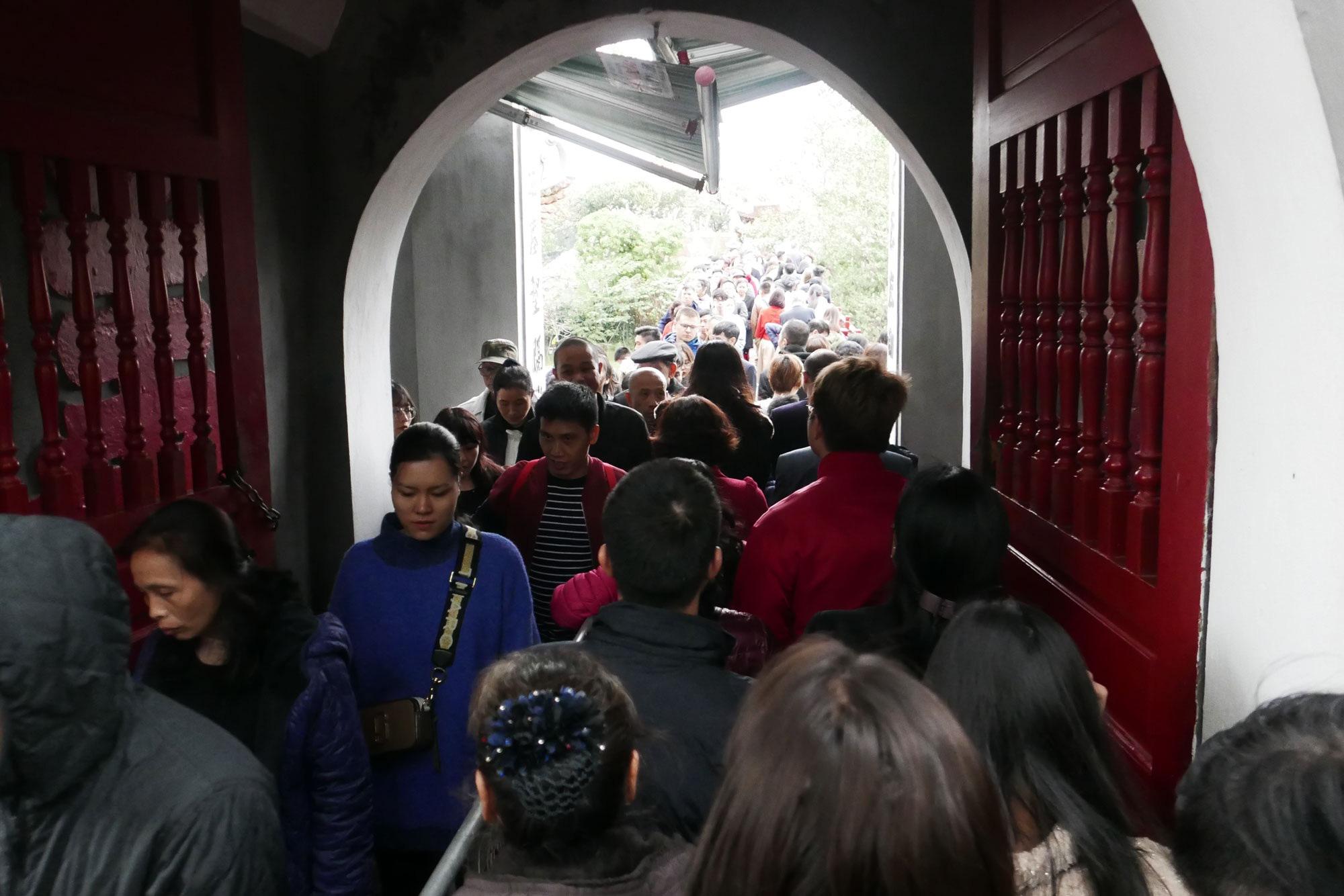 Cảnh lễ đền dưới mưa xuân tuyệt đẹp ở Hà Nội ngày mùng 1 Tết - Ảnh 3.