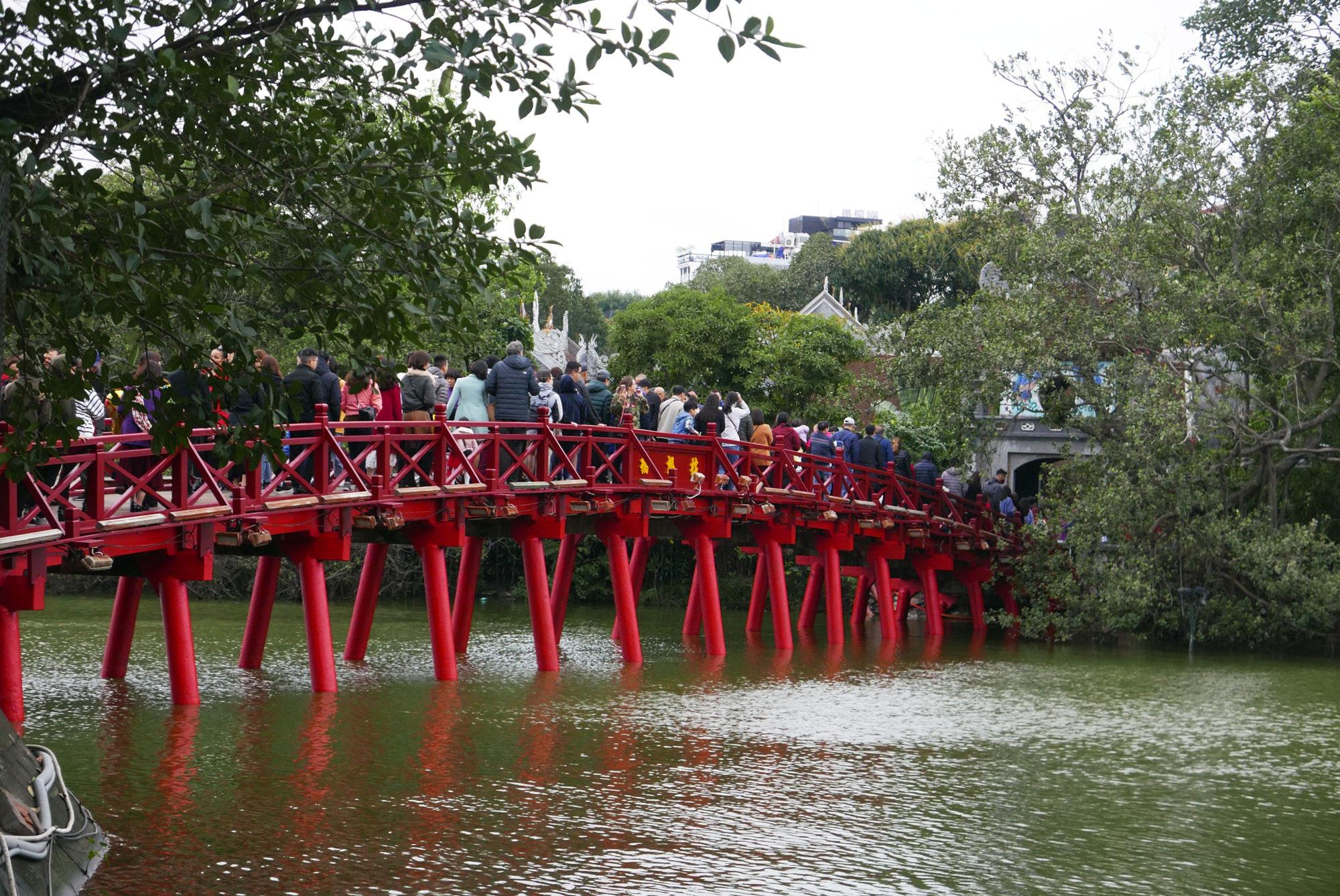 Cảnh lễ đền dưới mưa xuân tuyệt đẹp ở Hà Nội ngày mùng 1 Tết - Ảnh 2.