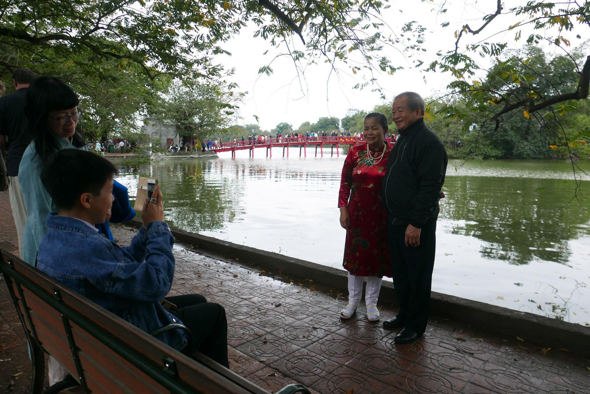 Cảnh lễ đền dưới mưa xuân tuyệt đẹp ở Hà Nội ngày mùng 1 Tết - Ảnh 14.