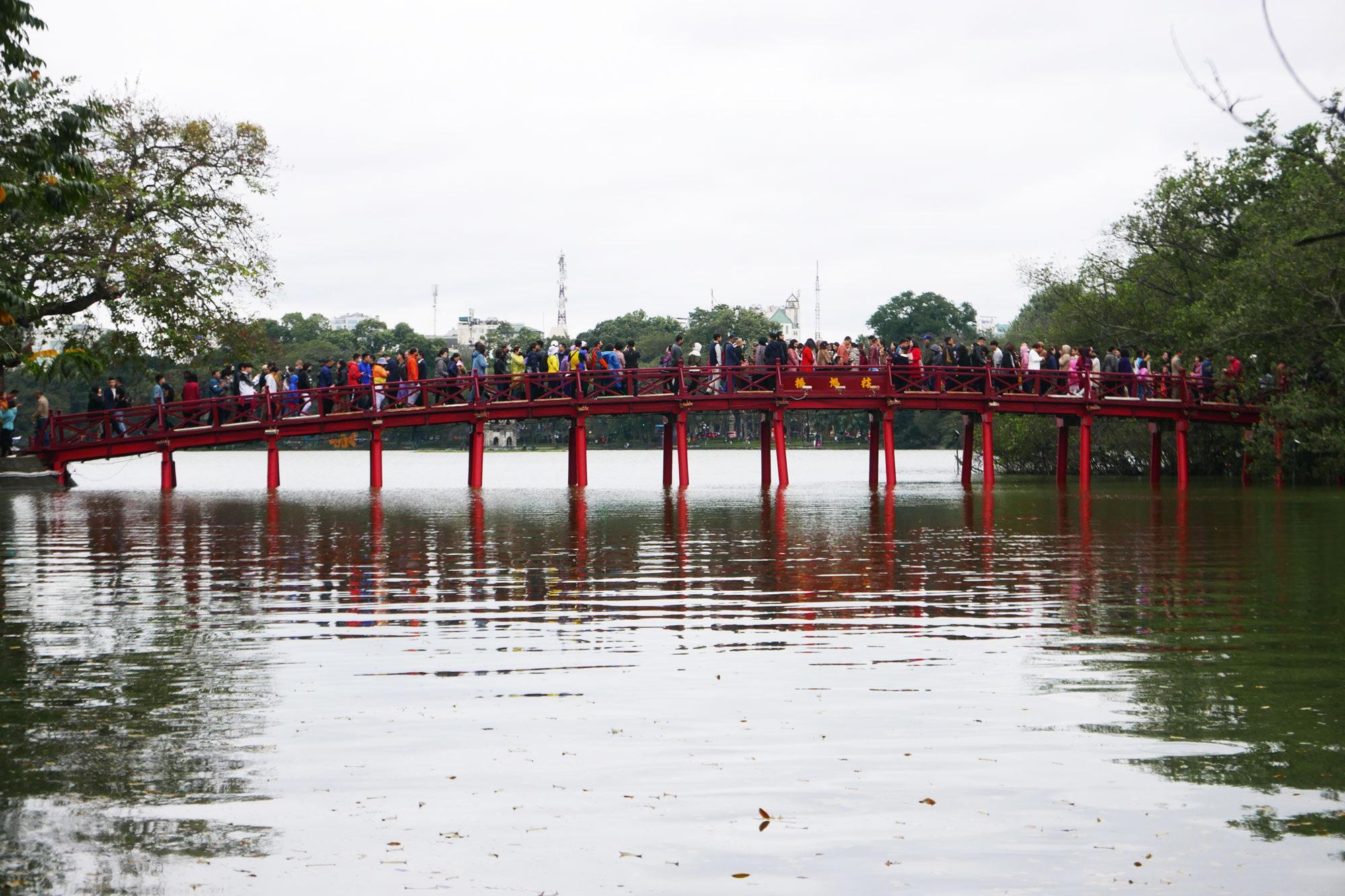 Cảnh lễ đền dưới mưa xuân tuyệt đẹp ở Hà Nội ngày mùng 1 Tết - Ảnh 1.