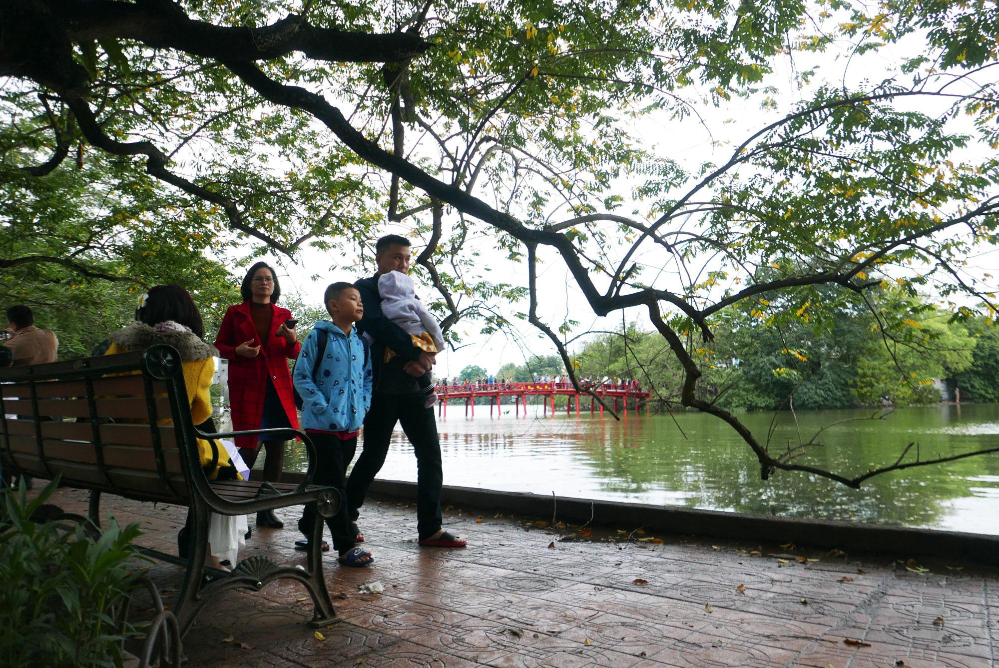 Cảnh lễ đền dưới mưa xuân tuyệt đẹp ở Hà Nội ngày mùng 1 Tết - Ảnh 16.