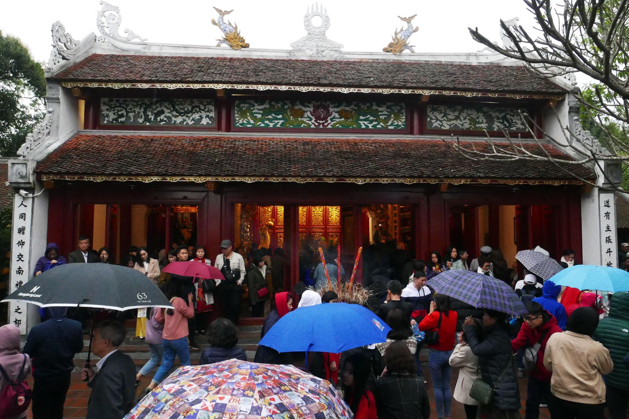 Cảnh lễ đền dưới mưa xuân tuyệt đẹp ở Hà Nội ngày mùng 1 Tết - Ảnh 6.