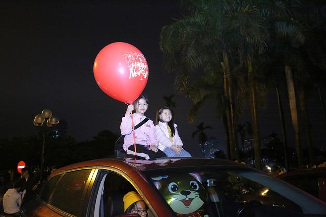 Hàng vạn người dân thủ đô 'lội nước' xem pháo hoa mừng xuân Canh Tý 2020 - Ảnh 5.