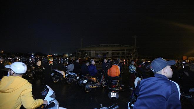 Hàng vạn người dân thủ đô 'lội nước' xem pháo hoa mừng xuân Canh Tý 2020 - Ảnh 3.