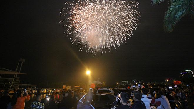 Hàng vạn người dân thủ đô 'lội nước' xem pháo hoa mừng xuân Canh Tý 2020 - Ảnh 10.