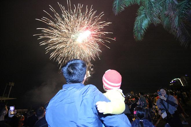 Hàng vạn người dân thủ đô 'lội nước' xem pháo hoa mừng xuân Canh Tý 2020 - Ảnh 7.