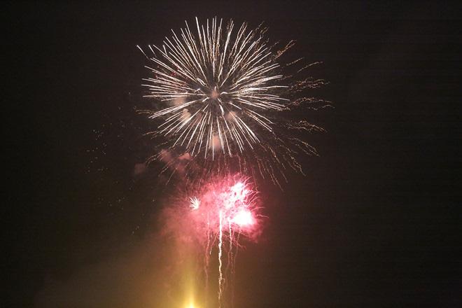 Hàng vạn người dân thủ đô 'lội nước' xem pháo hoa mừng xuân Canh Tý 2020 - Ảnh 11.