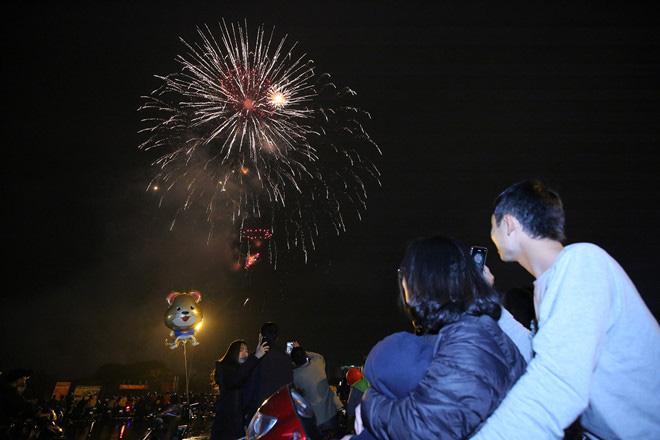 Hàng vạn người dân thủ đô 'lội nước' xem pháo hoa mừng xuân Canh Tý 2020 - Ảnh 8.