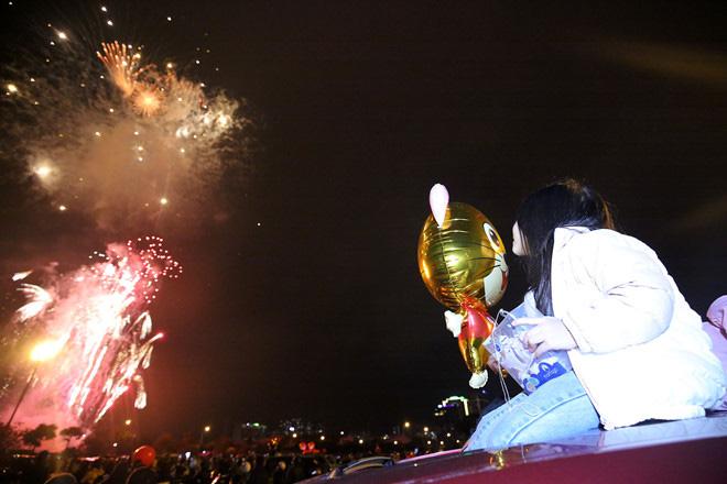 Hàng vạn người dân thủ đô 'lội nước' xem pháo hoa mừng xuân Canh Tý 2020 - Ảnh 6.