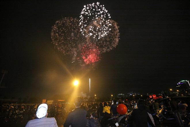 Hàng vạn người dân thủ đô 'lội nước' xem pháo hoa mừng xuân Canh Tý 2020 - Ảnh 9.