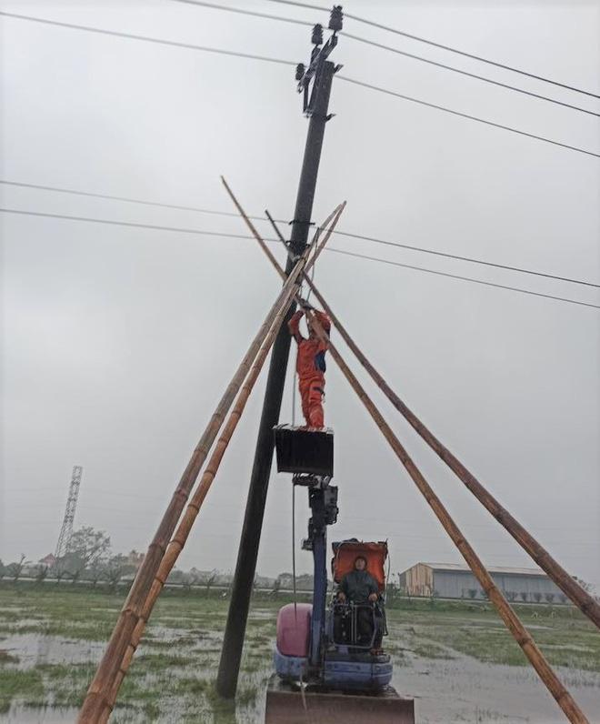 Mùng 1 Tết, nhiều nơi ở miền Bắc mất điện do mưa đá - Ảnh 1.