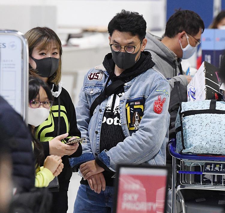Ngành hàng không toàn cầu đối phó dịch viêm phổi - Ảnh 1.