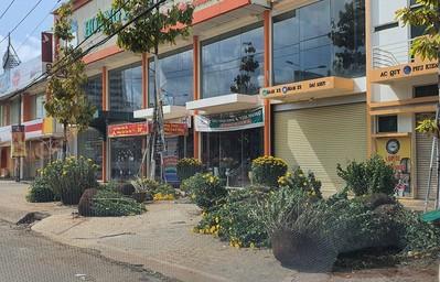 Chợ Tết như bãi chiến trường, đường phố ngập xác hoa - Ảnh 5.