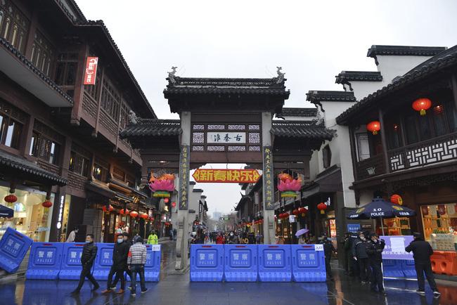 Trung Quốc tạm đóng cửa nhiều điểm du lịch phòng virus corona lan rộng - Ảnh 2.